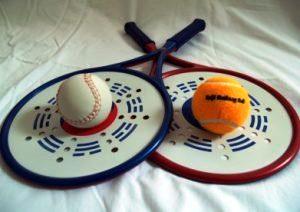 Zalaegerszeg: Egy kék mediball ütő egy fehér labdával és egy piros mediball ütő egy sárga labdával